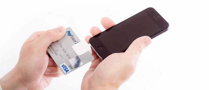 iPhoneに接続したSquareにクレジットカードを挿入