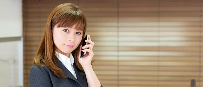 スマートフォンで会話をするビジネスウーマン