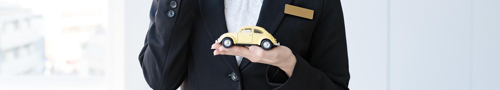 手のひらに乗せた自動車の模型