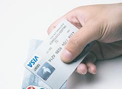手に持った「VISAカード」と「MasterCard」