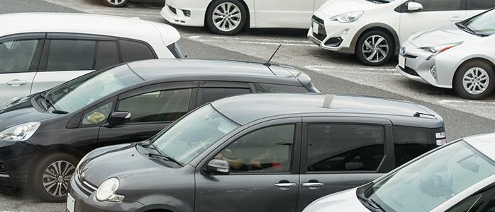 駐車場に並んだ自動車