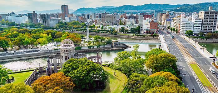 原爆ドームの外観と広島市内の様子