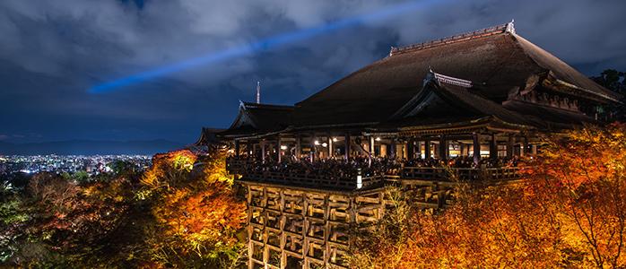 秋の紅葉と清水寺のライトアップ