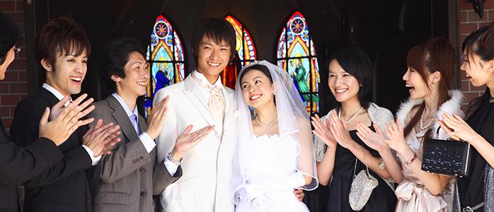新郎新婦を祝う結婚式の参列者