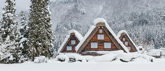 雪に覆われた冬の白川郷