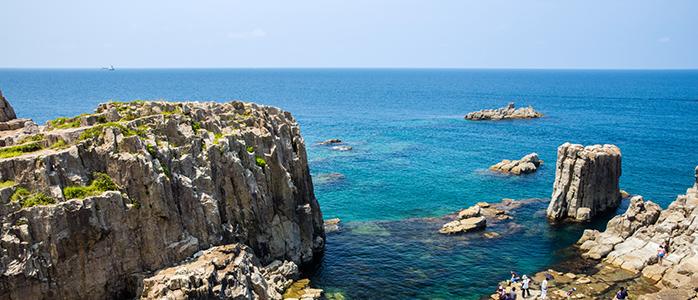 東尋坊の断崖絶壁から眺める日本海