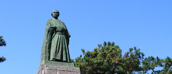 桂浜公園内に建っている坂本龍馬像